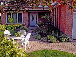 Photo: Why not have a sitting area in the front yard? More and more North Americans are choosing to spend time in their front yards!