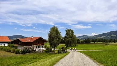 Photo: Noch ist die Strecke flach. Der 1. Anstieg von Thalgau nach Eisenwang steht bevor. Knapp 200 HM auf 3 km. Dann entlang dem Wiestal die L 107 hinab nach Hallein in's Salzburger Land.