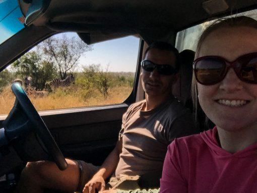 safári na África do Sul - Nós, dentro do carro, com as zebras ao fundo no parque Kruger.