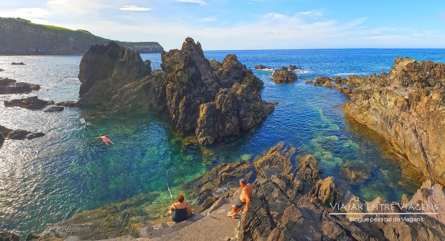 Banhar-se numa piscina de lava das Quatro Ribeiras, na ilha Terceira