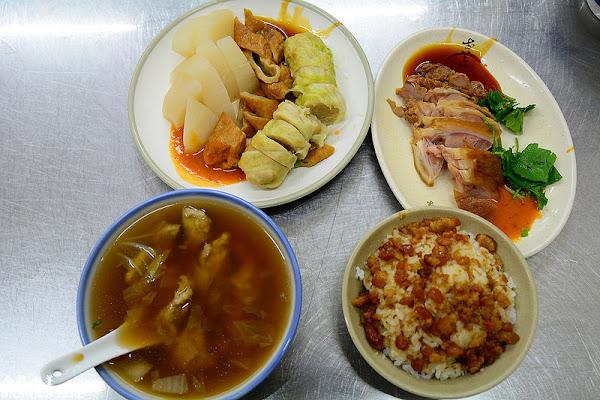 基隆在地美食,肉羹加上黑白切、豬腳肉就是最簡樸的美味。金龍肉焿