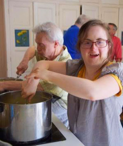 L'Arche à Dijon - Les personnes accuillies préparent le repas avec Therry Caens dans la joie !