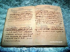 """Photo: Catatan harian Raja Bone Andi Mappanyukki tahun 1937. Dalam catatan harian tulisan Lontara bahasa Makassar, tanggal 4 Januari 1937, Senin, yang artinya kurang lebih disebutkan """"Jam 08.00 menuju Pallantikang untuk menghadiri pelantikan Karaeng (Raja Gowa Andi Mangi-mangi) dengan 7 (tujuh) mobil sedan. Salokoa (Mahkota Kerajaan) diserahkan. Dihadiri Luwu, Soppeng, Wajo, Lima Ajattaparang, Lima Massenrempulu, Tallu Batupappa, Tujuh Baba-binanga. Pukul 13.00 disumpah."""""""