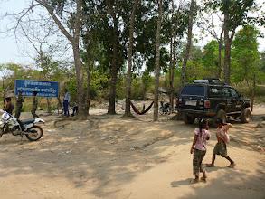 """Photo: Na parkovišti u chámu nás vítá cedule """"I have pride to be born as Khmer"""", vedle které postávají příslušníci kambodžských ozbrojených sil."""