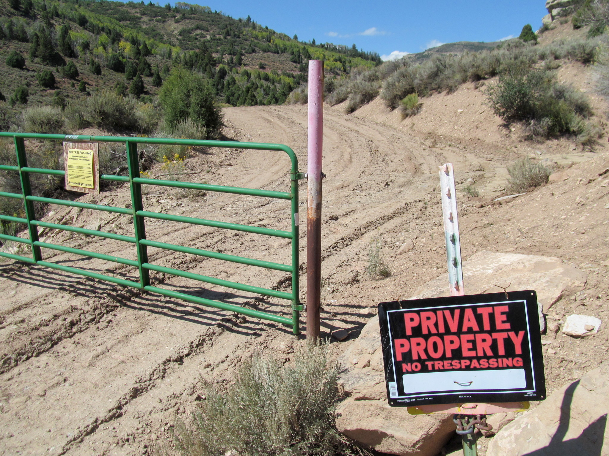 Photo: Gate and private property signs in the middle of state trust land