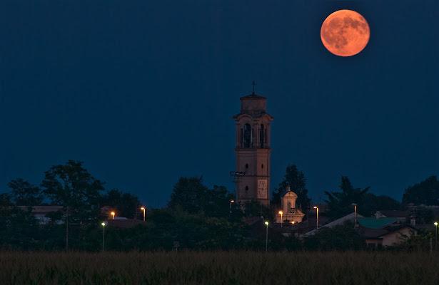 La luna veglia la città di Daimon