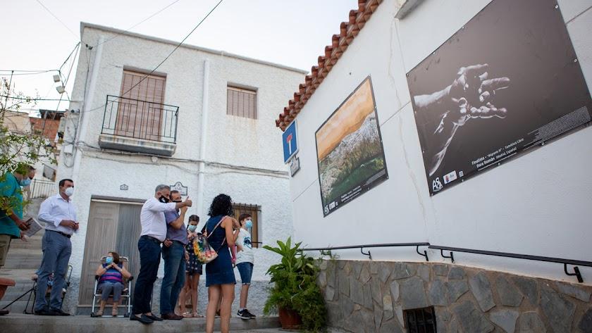 Las 25 fotografías lucen en las calles de Abla. Foto de Fran Hidalgo.