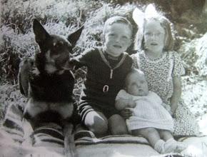 Photo: Lute Jzn., Alie en Hennie Hilberts met hun hond Roland. maart 1951