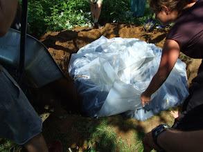 Photo: visszahajtottuk a fóliát és kitöltöttük a hiányzó teret földdel https://www.facebook.com/reginakertgodollo