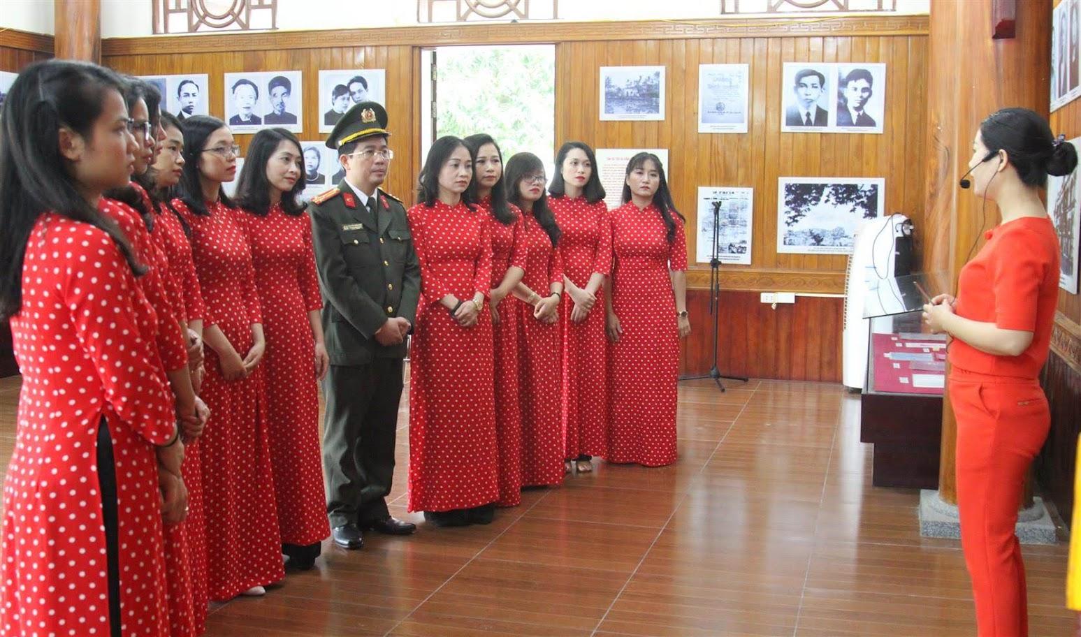 Đoàn đã lắng nghe cuộc đời và sự nghiệp của đồng chí Nguyễn Thị Minh Khai