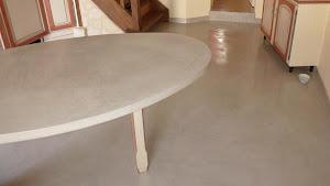 Réalisez vous-même vos travaux de rénovation grâce à la Box Brico: Sol et table bar en enduit béton ciré