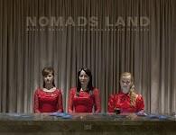 3 vrouwen in rode jurken achter een marmeren balie met boekjes