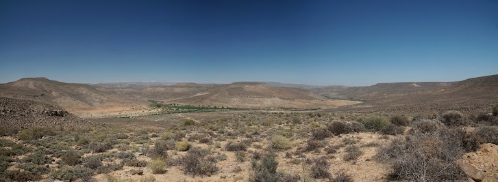 Das grüne Band des Doring River zwischen den roten Tafelbergen