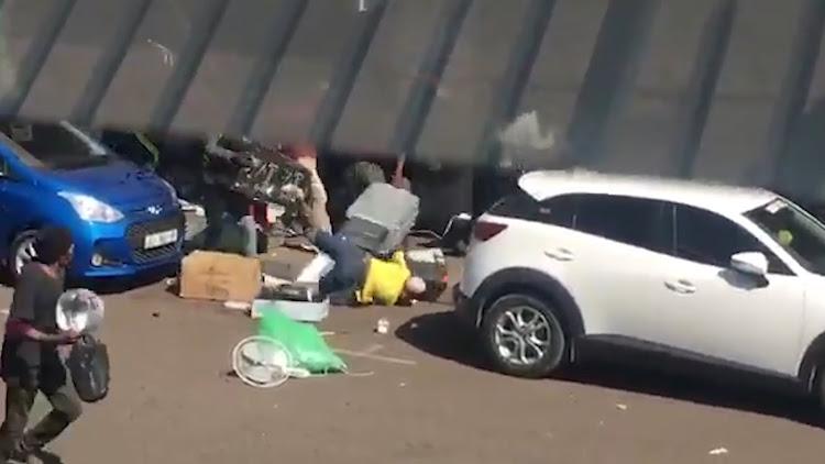 KYK   Buitelandse winkeleienaars van Gatvol neem 'plunderaars' in Witbank aan - TimesLIVE