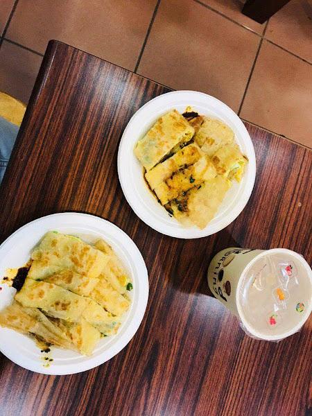 花蓮必吃早餐之一的人氣中式早點「府前食坊」招牌蔥油蛋餅酥脆,九層塔醬跟辣醬超級搭!