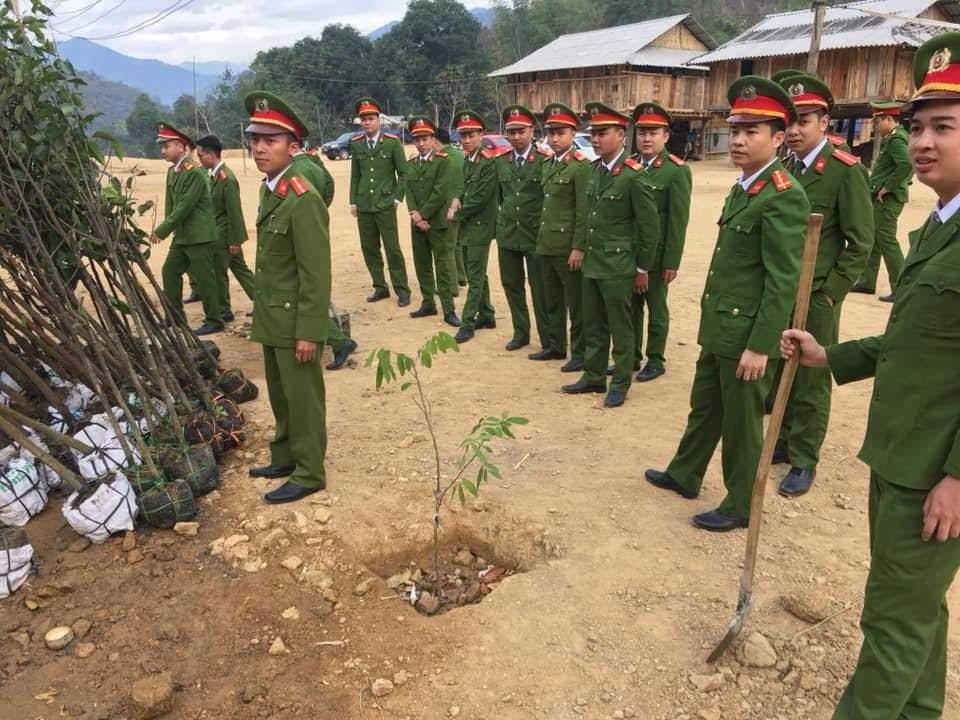 Chi đoàn Công an huyện trồng cây tại khu tái định cư của nhân dân sau đợt lũ lịch sử 2018