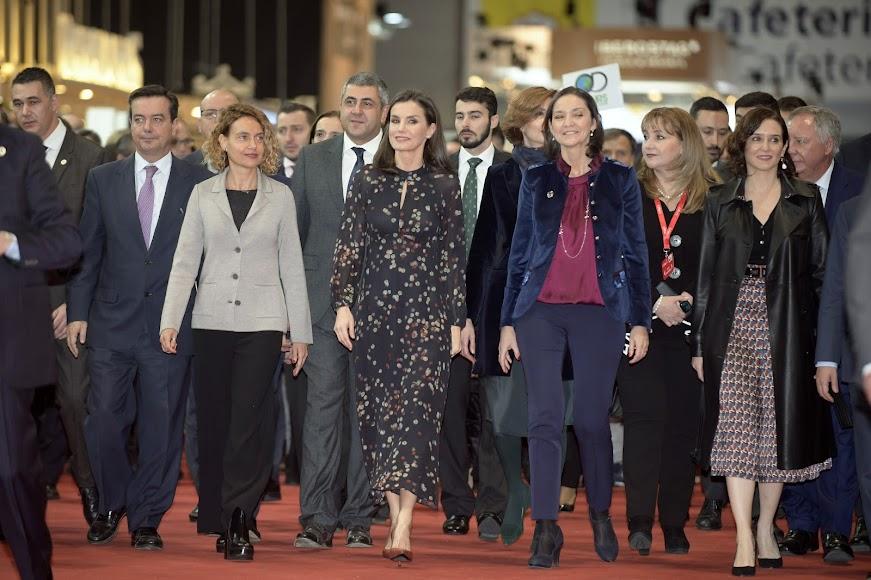 La reina Letizia junto a autoridades políticas en Fitur 2020.