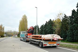 Photo: 09-11-2012 © ervanofoto En na de klus met het lossen van de ramen zit de kraanman zijn taak er hier op. De vrachtwagen is geladen, de reis is aangevat. Nog een lange rit naar Oostenrijk, het vrije weekend tegemoet. Het waren lange en drukke dagen voor de man. Prettige en veilige reis gewenst. Servus.