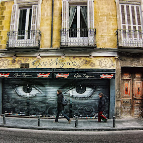 OJOS NEGROS... by Luis Orchevecs Ferenczi - City,  Street & Park  Street Scenes