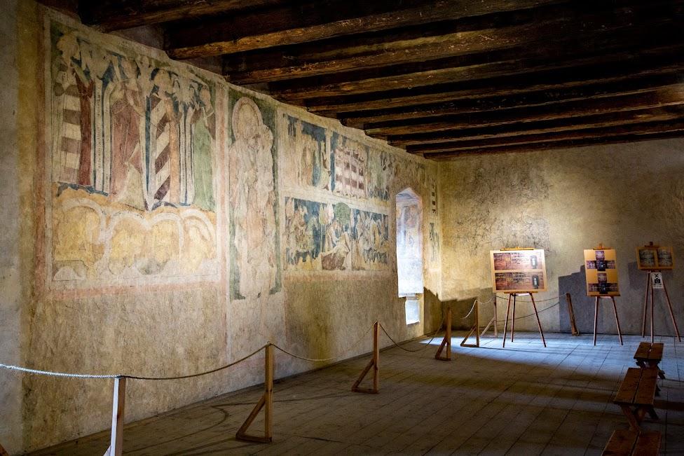 sala ze średniowiecznymi malowidłami w Wieży Książęcej w Siedlęcinie