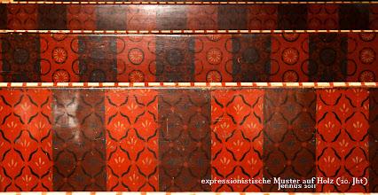 Photo: expressionistische Muster auf Holz (20. Jht)  Farbigkeit der Ornamente mit englisch-rot