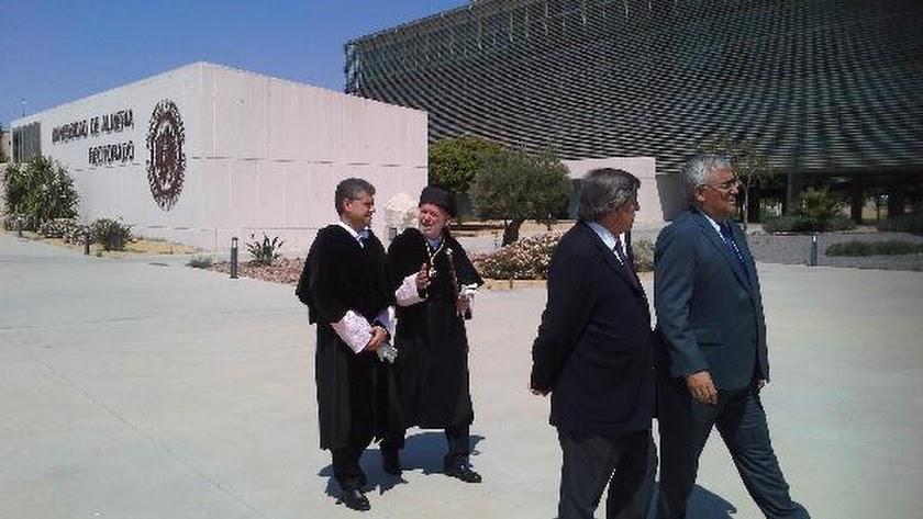 El rector Carmelo Rodríguez, acompañado por el rector saliente Pedro Molina.
