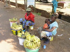 Photo: 06.01.2010r. - BAMAKO - Malijki sprzedające na skraju drogi - banany