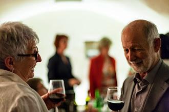 Photo: Helga im Gespräch mit dem Künstler Foto:©Julian Raggl