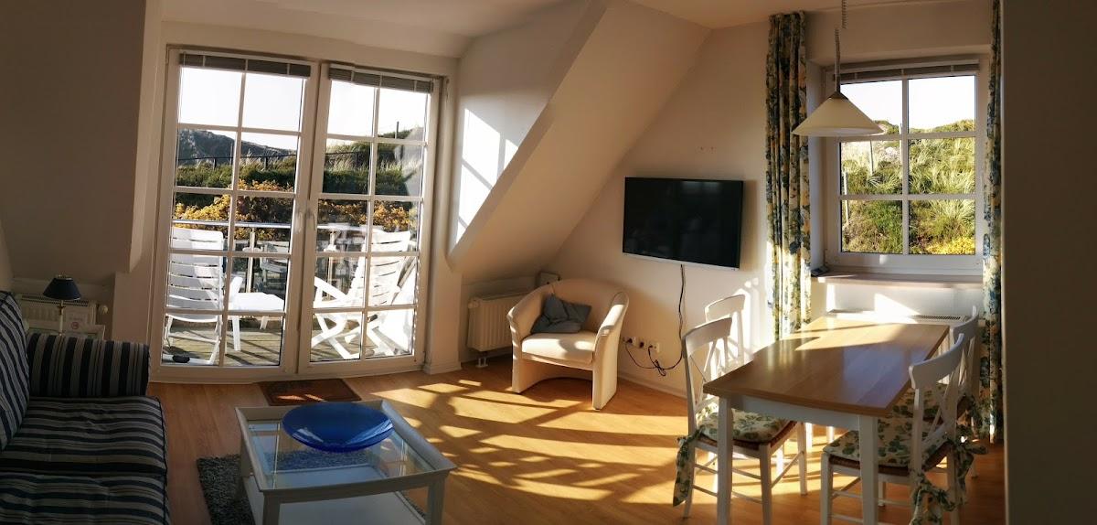Wohnzimmer im Sonnenschein. Vor der Renovierung