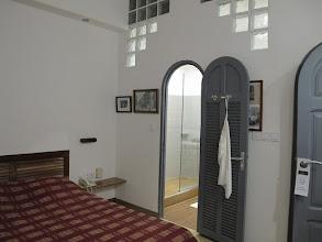 Photo: Sn4HR0313-160203StLouis, hôtel 'La Résidence', chambre, lit, côté salle de bain IMG_0312