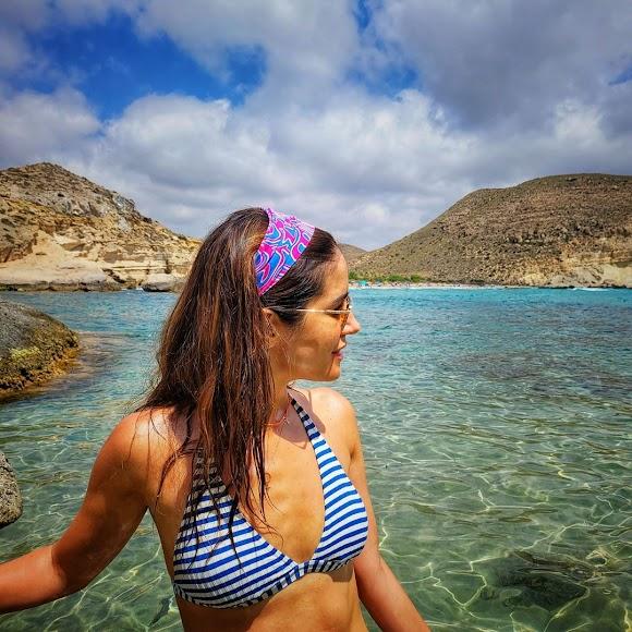 En bikini y frente al mar de Cabo de Gata.
