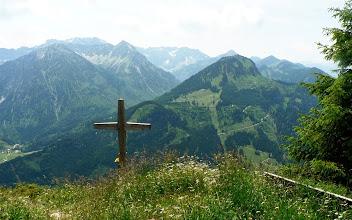 Photo: Hirschberg Blick mit Gipfelkreuz auf Imberger Horn und ins Ostrachtal L42-c  Wanderinfos: https://pagewizz.com/hirschberg-spieser-hirschalpe-von-bad-hindelang/