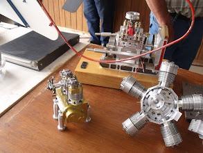 Photo: Un bicylindre culbuté et un V4 refroidit par eau