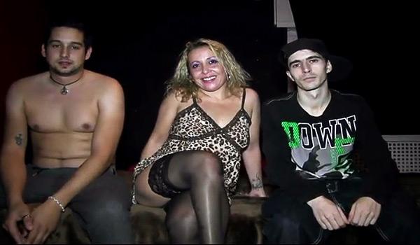 Una MAMI deboradora de YOGURINES se folla a dos pichones conocidos en la discoteca. Así de liberales somos.