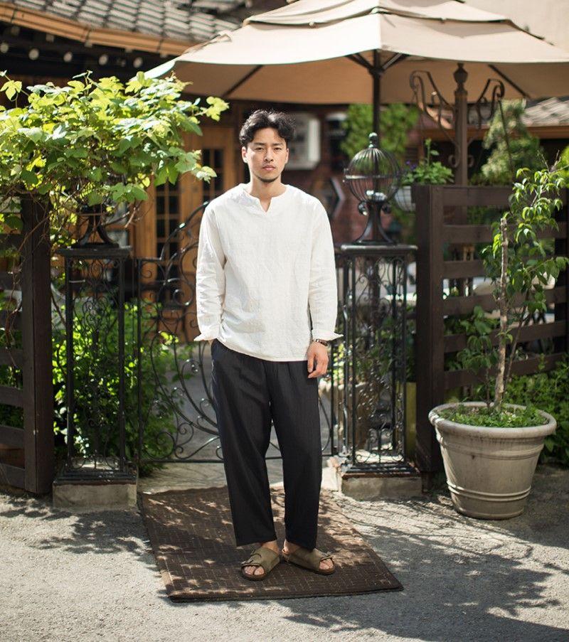 Kết hợp áo sơ mi vải đũi với quần vải đũi ống rộng tạo nên một phong cách cá tính, đặc biệt.