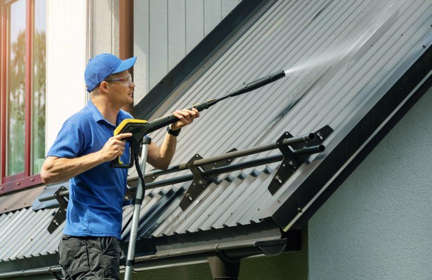 Phun nước lên bề mặt mái tôn để phát hiện vị trí thấm dột