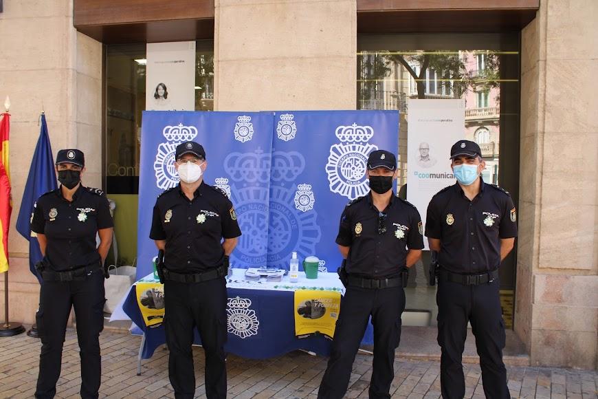 La Comisaria Provincial de la Policía Nacional en Almería en su mesa petitoria del Día Contra el Cáncer.