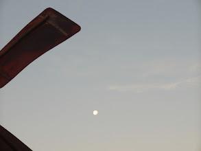 Photo: ... de maan gaat onder.