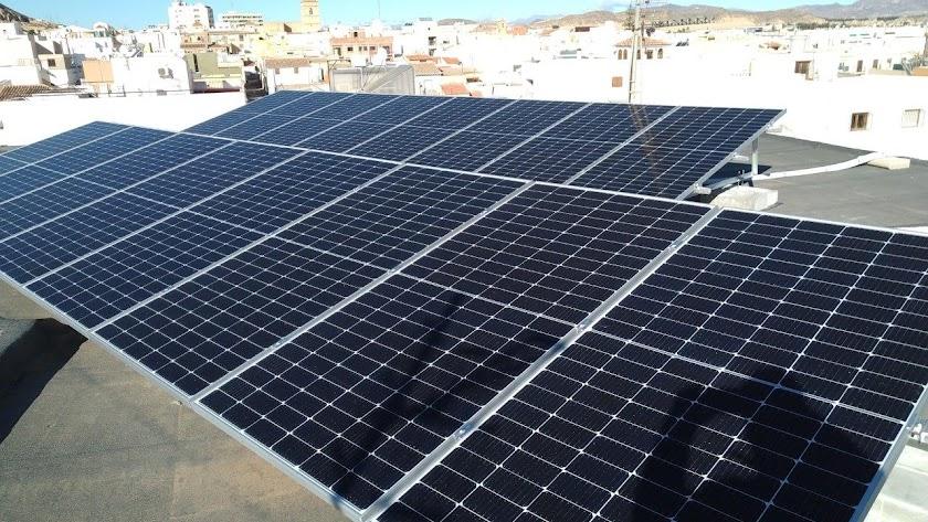 Placas solares instaladas en la azotea del IES Alyanub.