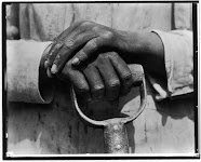 handen op de steel van een schop