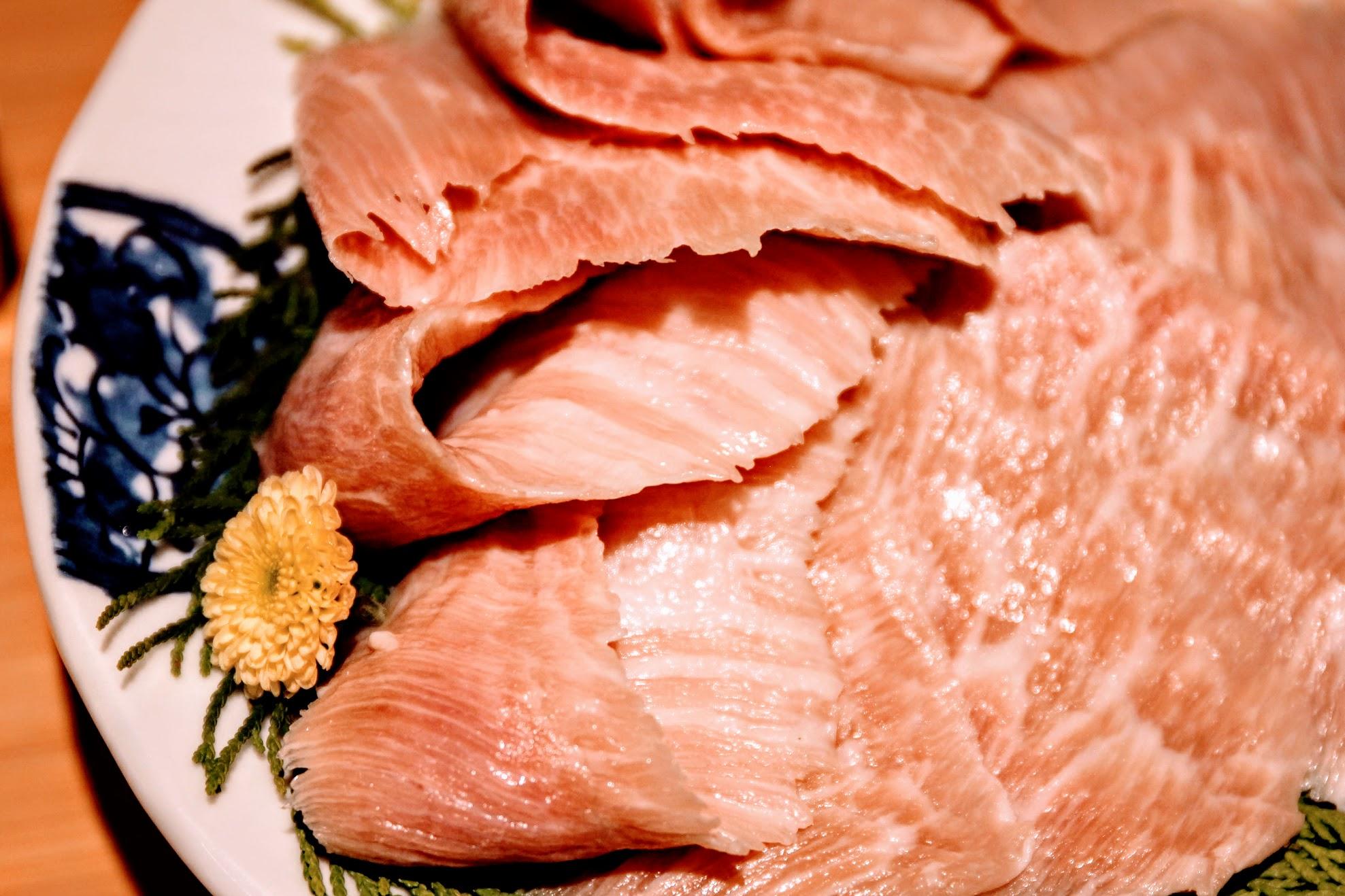肉片還頗厚的,油花分布均勻,口感則跟牛肉完全不同啊