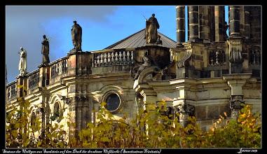 """Photo: Die Statuen der Heiligen haben, je nach Standort, unterschiedliche Größen. Die Figuren der unteren Balustrade sind ca. 3,5 m, die der oberen Balustrade um die 3 m und die Turmfiguren um die 2,5 m hoch.     """"Die Fülle der Zeugen soll [dem Katholiken] Mut machen und ihn anspornen. In nichtkatholischer Umgebung bekundeten diese aus den verschiedenen Jahrhunderten, Völkern und Nationen stammenden Heiligen die Universalität der katholischen Kirche. Aufgabe der Heiligen war es auch, die Menschen in das Innere der Kirche hineinzuführen."""""""