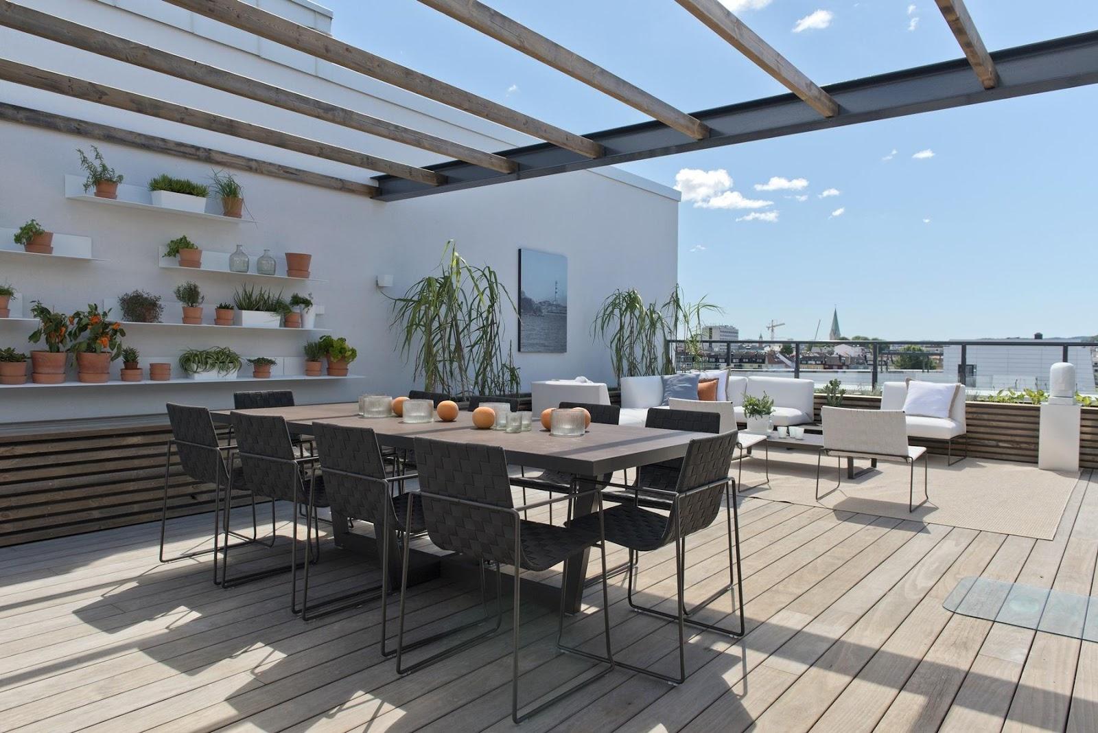 Adaptez la terrasse aux besoins de la famille : Cette terrasse privée a des lames de terrasse en bois Kebony Clear qui ne demandent aucun entretien. Photo : Jacob Buchard.