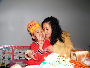 Photo: baby son, warrenzh, 朱楚甲 with his mom, emakingir, and cake his dad benzrad, 朱子卓 promised on his birthday on May 25, 2010.