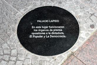 """Photo: Marcas de la Memoria (25) Palacio Lapido, sede de """"El Popular"""". Avda. 18 de Julio 950 (esq. Río Branco). Placa conmemorativa."""