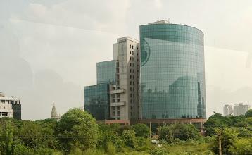 Photo: Eine der wenigen modernen Gebäude