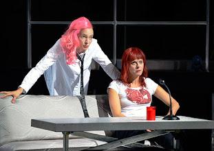 Photo: BURGTHEATER/ Kasino: DOSENFLEISCH von Ferdinand Schmalz. Premiere 18.9.2015. Inszenierung: Carina Riedl. Frida Lovisa Hamann, Dorothee Hartinger. Copyright: Barbara Zeininger