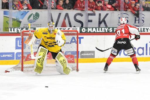 Frans Tuohimaa hade turen på sin sida och tog sig segrande ur kampen - trots 35 räddningar till skillnad från Mika Järvinens elva. (Foto: Samppa Toivonen)