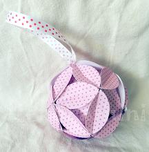 Photo: Glob origami carton de culoare grena şi alb cu floricele, piese standardizate, agăţătoare din panglica albă cu buline roşii Dimensiuni 9,5 cm x 9,5 cm realizat de Maia Martin Se poate folosi la decorarea casei de sărbători,  la decorarea bradului de Crăciun, ca mărturii nuntă, mărturii botez Preţ: 8 lei