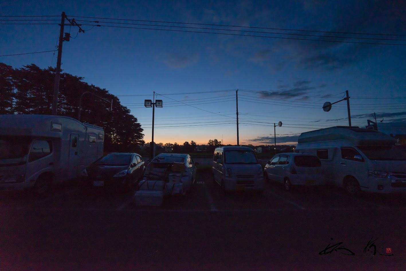 キャンピングカーが並ぶ、夜明けの道の駅の駐車場。。。